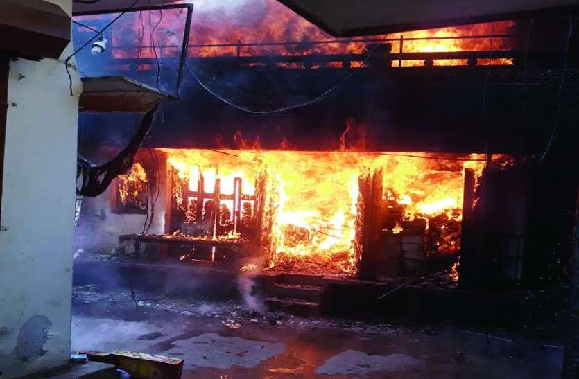 पूजन सामग्री से भरी दुकान में लगी भीषण आग, इतने का हो गया नुकसान