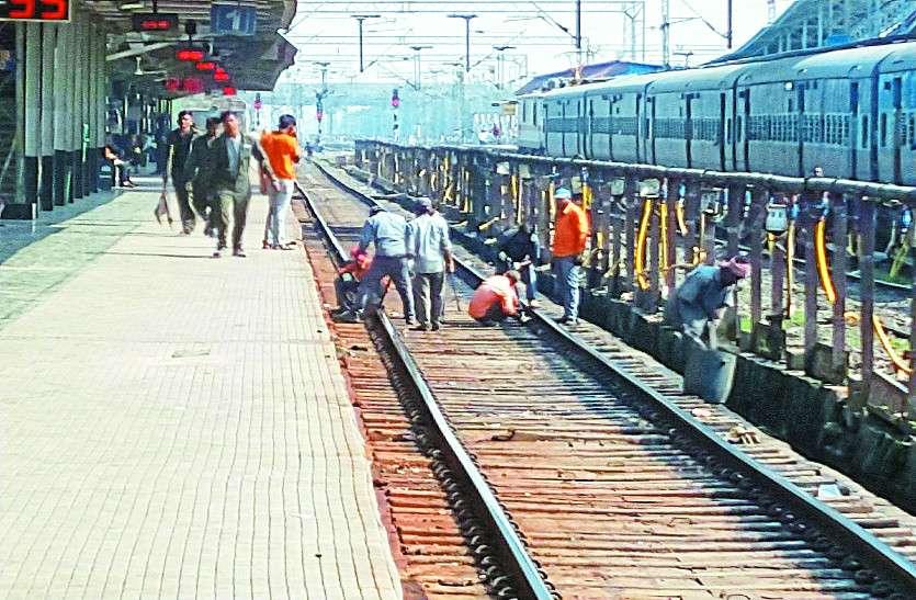 भीड़ को देखते हुए चार ट्रेनों में अतिरिक्त कोच की सुविधा