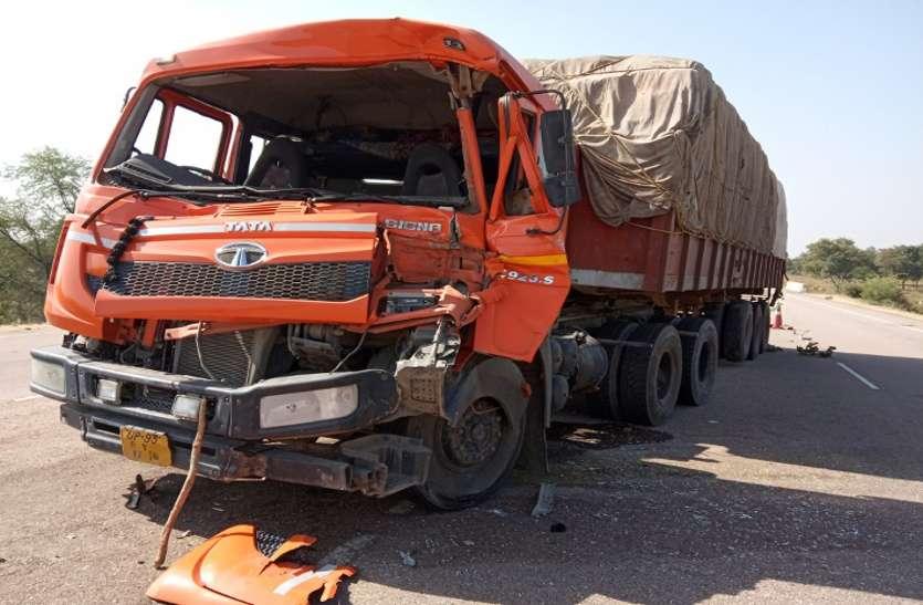 अचानक ब्रेक लगाने से भिड़े दो ट्रक