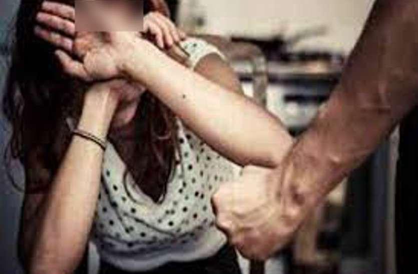 दरवाजा खोलते ही घर में घुस गया युवक, पहले पति को पीटा फिर किचन में पत्नी के साथ किया घिनौना काम