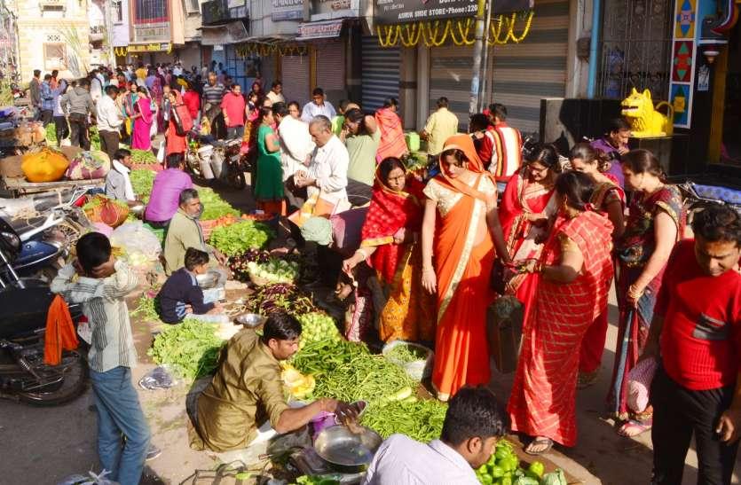 पहले सजा हरी सब्जियों का बाजार, फिर अन्नकूट में उमड़ा आस्था का सैलाब