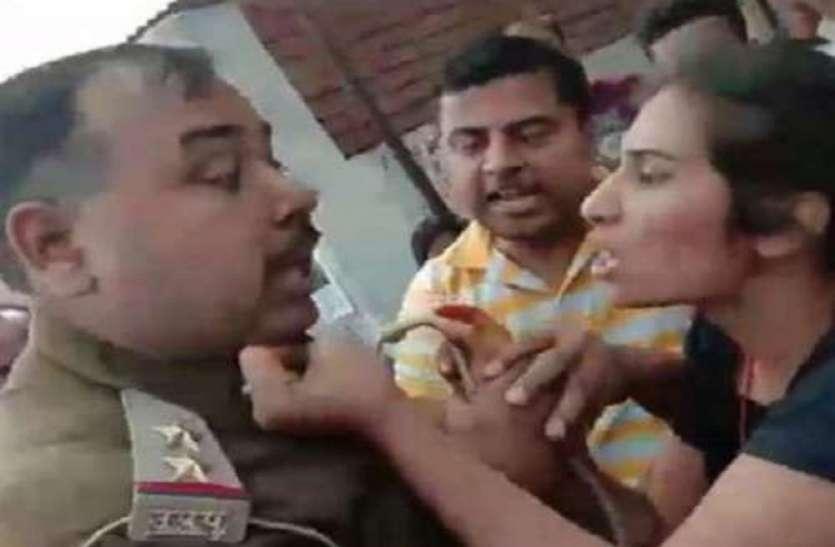 युवती ने सरेआम जड़े दरोगा को थप्पड़ और फाड़ी वर्दी, लगाया अभद्रता का आरोप