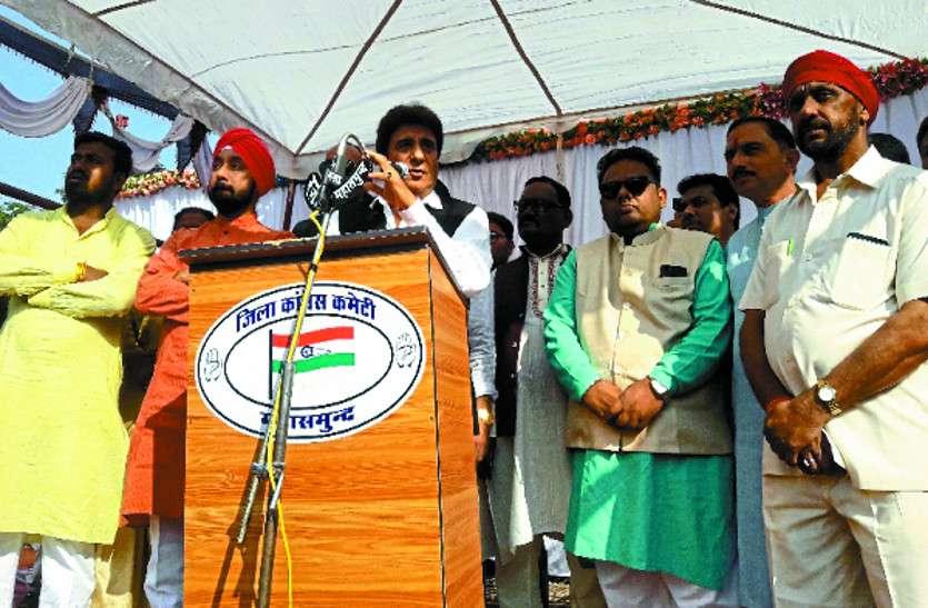 राज बब्बर ने CM पर साधा निशाना, कहा- डॉक्टर को प्रदेश की जिम्मेदारी देने से विकास पहुंचा ICU में