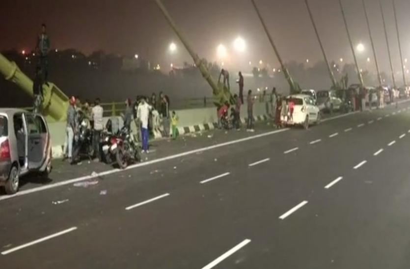 दिल्ली: पिकनिक स्पॉट बना सिग्नेचर ब्रिज, लोगों ने जमकर उड़ाई कानूनी की धज्जियां