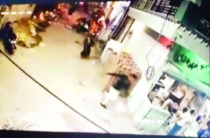 सनसनीखेज : पत्नी पर पति ने फेंका एसिड, जल गए ये अंग, घटना कैमरे में कैद