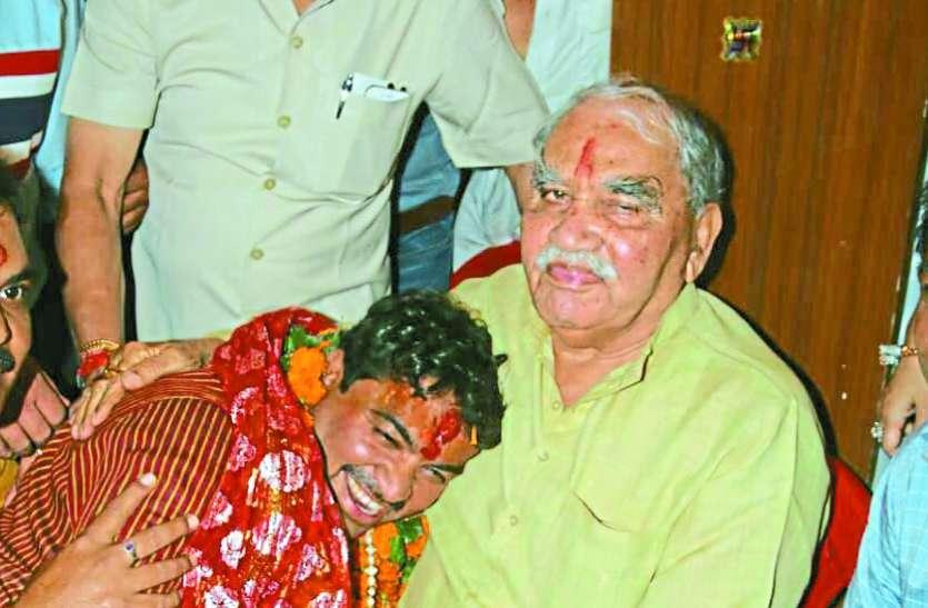 MP Election news : भाजपा छोड़ कांग्रेसी उम्मीदवार बेटे के साथ खड़ा हुआ ये दिग्गज नेता