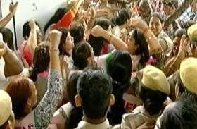 BJP की महिला कार्यकर्ता बोली- अफसर ने पानी पीने और बाथरूम करने गाड़ी से नीचे उतरने तक नहीं दिया