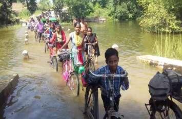 सड़क नहीं होने से कई गांवों में ग्रामीणों में है नाराजगी, ग्रामीणों ने कहा विकास नहीं तो वोट नहीं