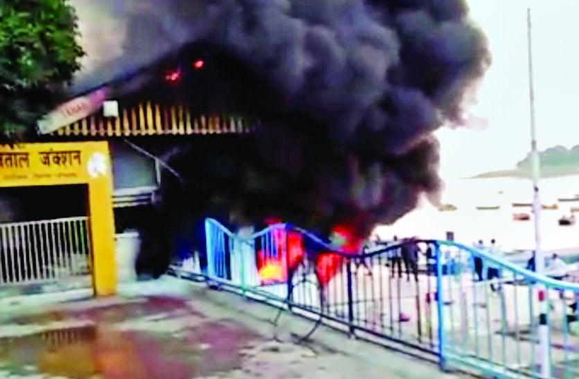 बोट क्लब के स्टोर रूम में लगी आग, डीजल-पेट्रोल से भरे केन से हुई और भीषण