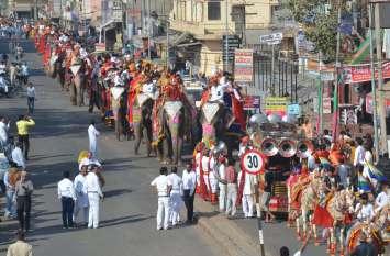 सीकर में एक साथ पहुंचे 24 हाथी, सडक़ों पर इस अंदाज में निकले, देखें तस्वीरें