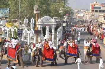 सीकर की सड़कों पर पहली बार एक साथ निकले 24 हाथी, देखते रह गया पूरा शहर