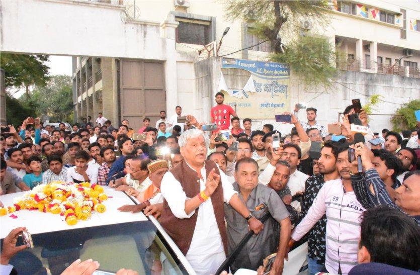 MP ELECTION 2018 : नहीं थम रहा आक्रोश : पंड्या समर्थकों ने रोकी प्रभात झा की गाड़ी