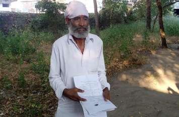 बेटों ने किया बेघर तो अफसरों ने बताया मृत, पेंशन के लिए लड़ रहा यह जिंदा इंसान