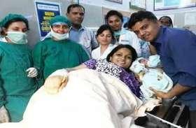 यूपी के इस डीएम ने सरकारी अस्पताल में कराई पत्नी की डिलेवरी, पैदा हुई बेटी तो खूब बांटी मिठाई फोड़े पटाखे