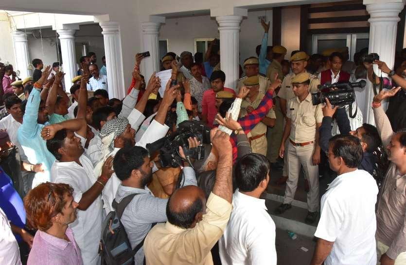 कार्यकर्ताओं की बगावत के तेवरों से हिला भाजपा कार्यालय, नेताओं को रोका तो करना पडा गेट बंद