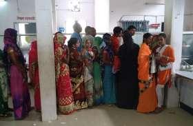 पाँच दिन बाद खुले बैंक तो उमड़ी उपभोक्ताओ की भीड़ सुरक्षा के लिए की गई विशेष व्यवस्था