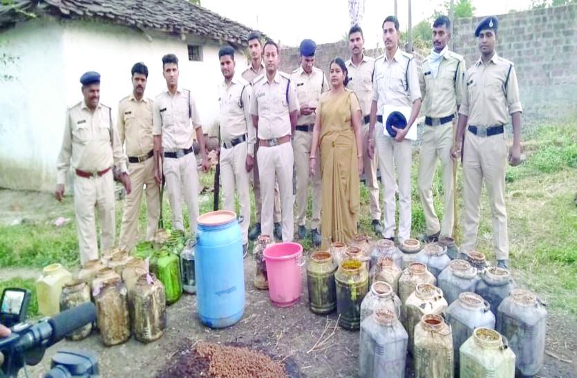 भनक लगते ही गांव खाली, पुलिस ने 5 लाख की अवैध शराब की नष्ट