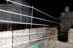 निर्माणाधीन मकानों के ऊपर से गुजर रहे खुले बिजली के तार