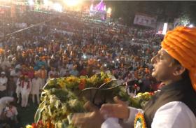 अखिलेश यादव के भगवा पगड़ी पहनने पर भड़की शिवपाल की पार्टी, कहा, भाजपा की तरह फैला रहे हैं संप्रदायवाद