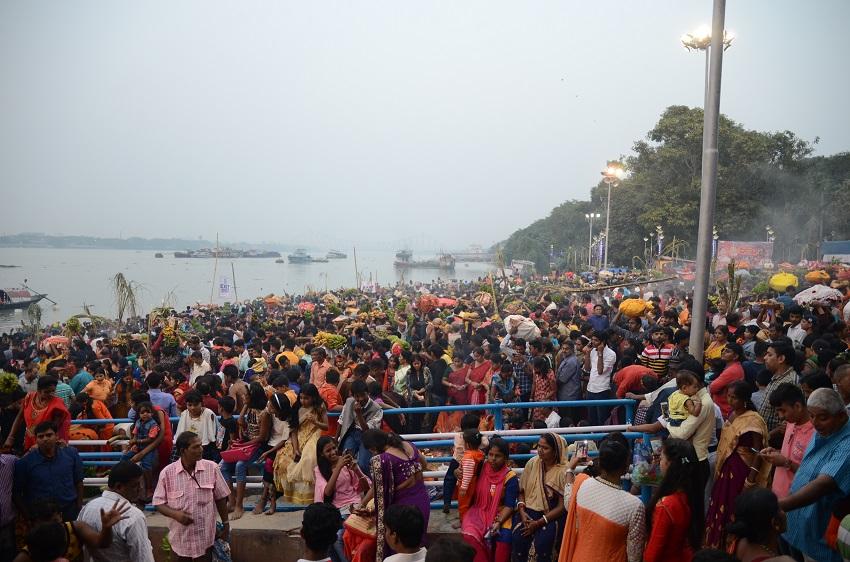 छठपूजा: गंगातटों पर आस्था की भीड़