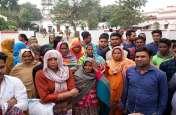 Video यूपी के इस जिले में चूल्हा-चाैका छाेड़ नशाखाेरी के खिलाफ सड़क पर आई महिलाएं