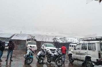 उत्तराखंड: बदरीनाथ में बर्फबारी, प्रदेश में ठिठुरन बढ़ी