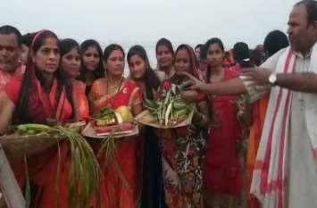 सरयू तट हजारों की संख्या महिलाओं ने भगवान सूर्य को दिया अर्ध्य