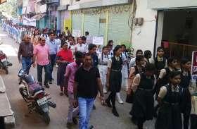 चुनाव को लेकर प्रशासन चौकस  कहीं हो रही वाहनों की जांच तो कही निकल रहा फ्लैग मार्च