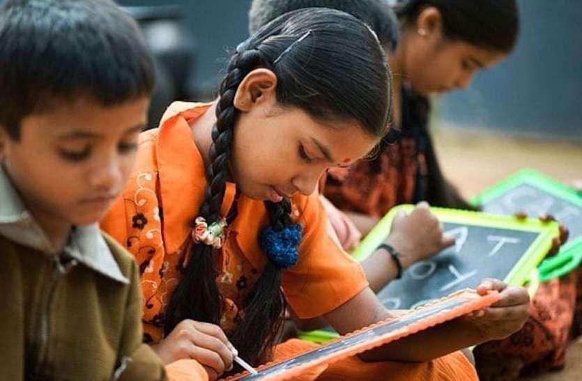 केसला में स्कूल छोड़कर खेत में मजदूरी कर रहे बच्चे
