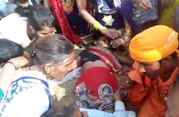साधुओं की टोली ने महिला पर किया ऐसा टोटका कि सबकुछ भूल गई फिर हुआ कुछ ऐसा, देखें वीडियो