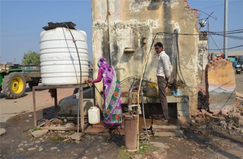 कृषि उपज मंडी में न पानी की उचित व्यवस्था न रुकने की, परेशान हो रहे किसान