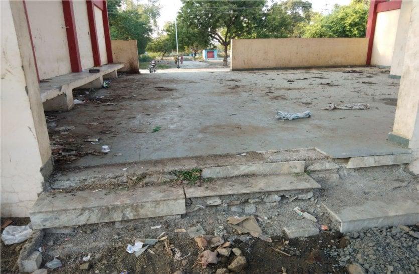 देखरेख के अभाव में जर्जर हुआ पश्चिमी रेलवे कॉलोनी स्थित बुकिंग ऑफिस