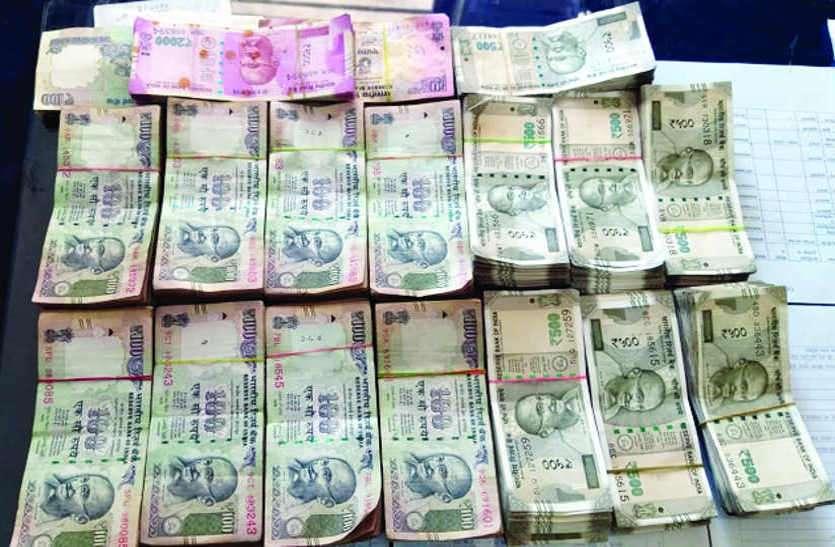 संयुक्त जांच टीम ने कार से बरामद किए 4 लाख 94 हजार 640 रुपए
