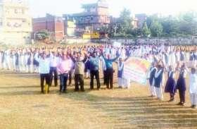'सारे काम छोड़ दो, सबसे पहले वोट दो' का नारा लगाते छात्राओं ने की वोट देने की अपील