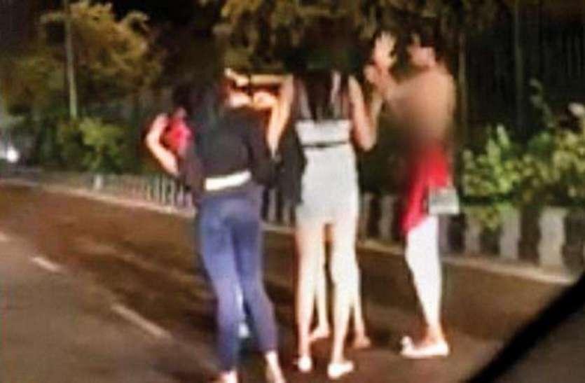 सरेआम दिल्ली के इस पुल पर किन्नरों ने उतार दिए कपड़े, वीडियो हुआ वायरल