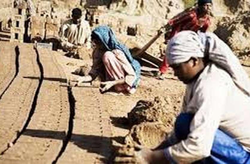 ईंट-भट्टों पर काम कर रहे श्रमिक परिवारों को बनाया बंधवा मजदूर