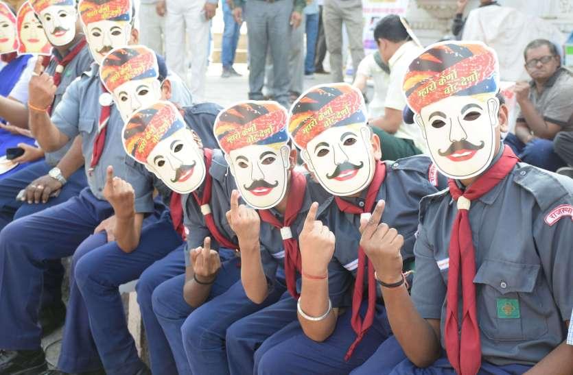 उदयपुर में मतदान के लिए जुड़ी हजारों हाथों की कडिय़ां, ली वोट करने की शपथ..देखें तस्वीरेें..