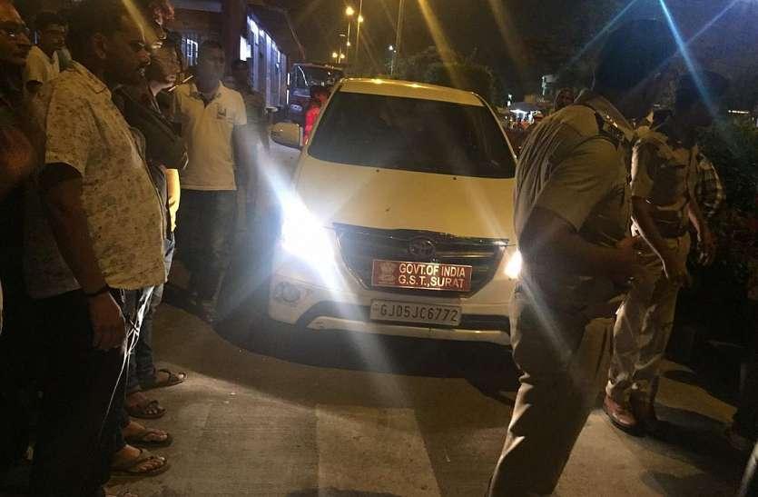 सीजीएसटी अधिकारी की गाड़ी बीआरटीएस में घुसी
