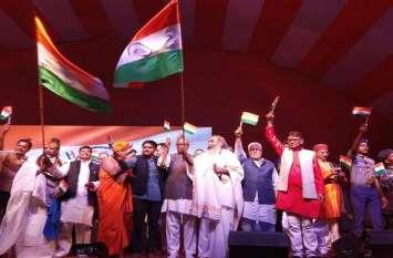 बड़ी खबर: शिवपाल यादव के साथ एक मंच पर आए कांग्रेस के यह दिग्गज नेता और हार्दिक पटेल, सियासी गलियारों में खलबली