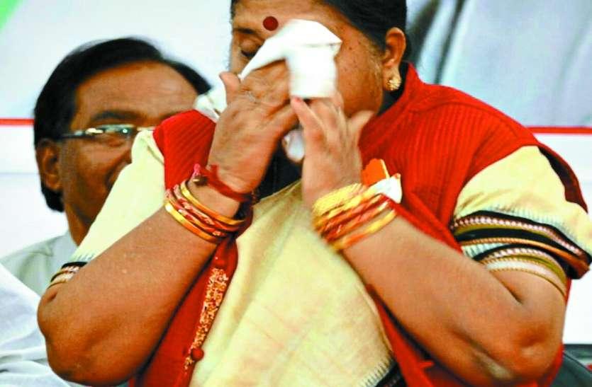 राहुल गांधी को चुनावी सभा में पीला लिफाफा थमाकर मंच पर रो पड़ी पूर्व विधायक, कांग्रेस नेताओं की उड़ी रहीं हवाईयां