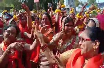 बही आस्था की लहर, बैंड की धुनों पर थिरकीं महिलाएं, देखें वीडियो