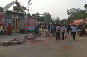 रेलवे ने तोड़ी मंदिर की दीवार, विरोध के बाद मांगी माफी