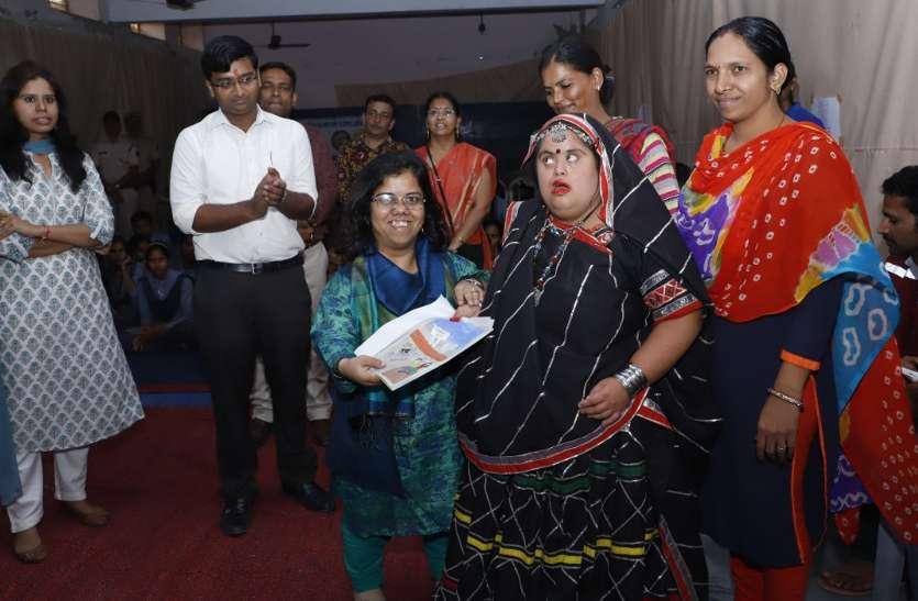 कलक्टर डोगरा हुई दिव्यांगों से रूबरू , मतदान करने के लिए कार्ड देकर किया आमंत्रित