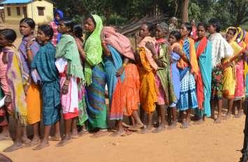 मतदान को लेकर गजब का जज्बा: 10 किमी नंगे पांव पथरीले रास्तों से होकर पहुंचे पोलिंग बूथ