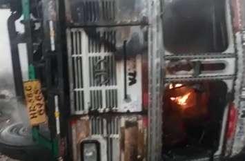 ट्रक के अंदर सो रहा था चालक, अचानक धूं-धूं कर जलने लगा वाहन, लदा था यह सामान