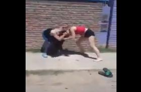 बीच सड़क पर भिड़ी दो लड़कियां, सोशल मीडिया पर जमकर वायरल हो रहा है ये वीडियो!