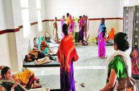 चिकित्सालय में टीटी के लिए आईं महिलाओं को जमीन पर लेटाना पड़ा