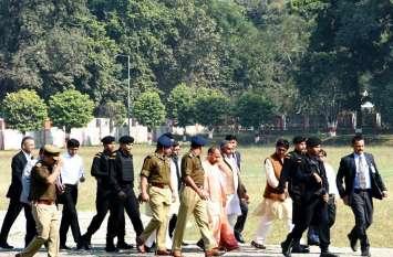 कार छोड़ पैदल ही चल पड़े मुख्यमंत्री,अफसरों के दिल की धड़कन बढ़ी