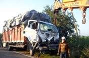 बड़ा हादसा: दो ट्रकों की भिड़ंत में चालक की मौत, महिलाओं और बच्चों समेत दर्जनों लोग घायल- देखें वीडियो