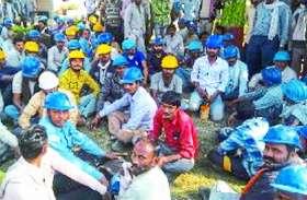 दीपावली पर नहीं मिला वेतन तो श्रमिकों ने सतना सीमेंट के गेट पर लगाया ताला
